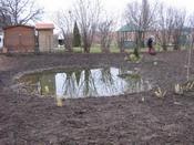 Kálló, családi ház udvara természetes tóva