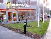 McDonald's Budapest utcarész gyepszőnyegezéssel